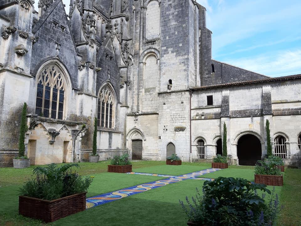 Le cloître de la cathédrale Saint Pierre est ouvert