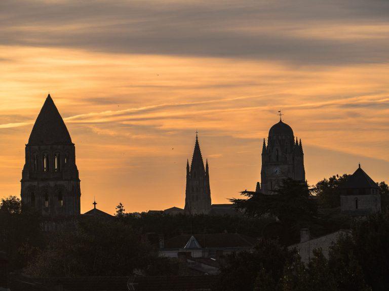 Les clochers saintais au crépuscule